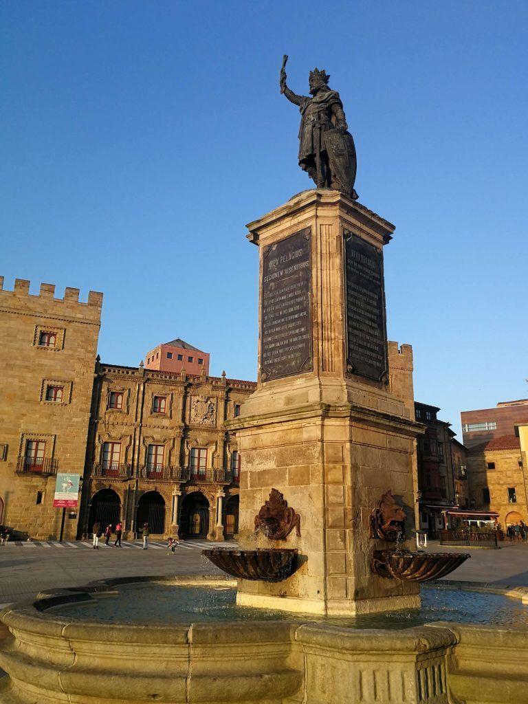 Estatua de Pelayo - Haz La Mochila